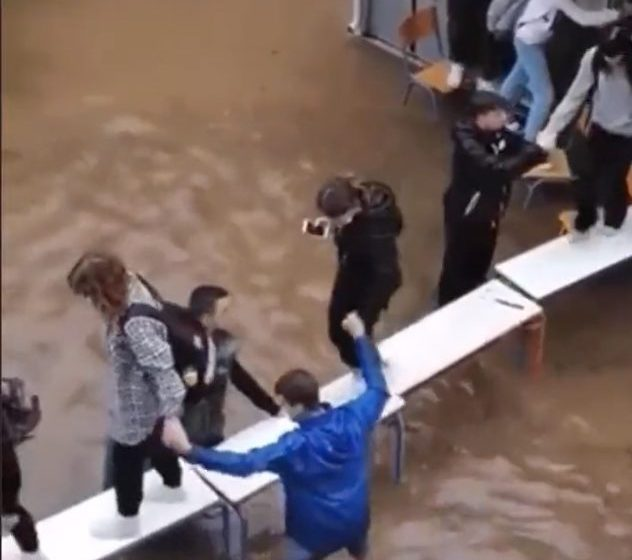 Eικόνες ντροπής- Νέα Φιλαδέλφεια: Συγκλονιστικό βίντεο με μαθητές σε σχολείο που πλημμύρισε