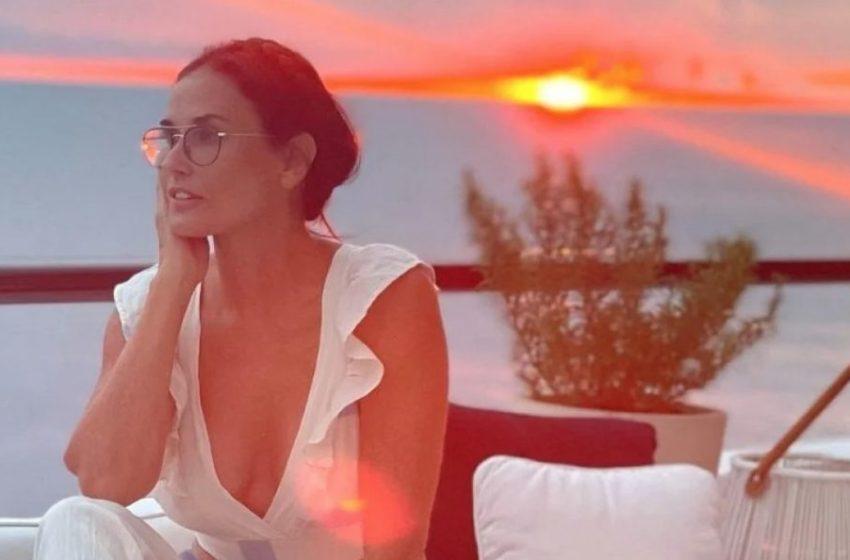 Η Ντέμι Μουρ ποζάρει δίπλα σε πέτρινο πέος και γίνεται viral
