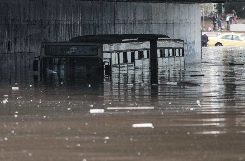 """Εγκλωβισμένο λεωφορείο στην Ποσειδώνος – """"Βούλιαξε"""" έξω από το """"Στ. Νιάρχος"""" (εικόνες)"""