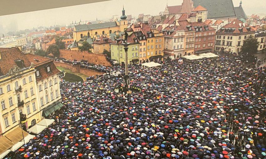 Μαζικές διαδηλώσεις στην Πολωνία για το δικαίωμα των γυναικών στην άμβλωση