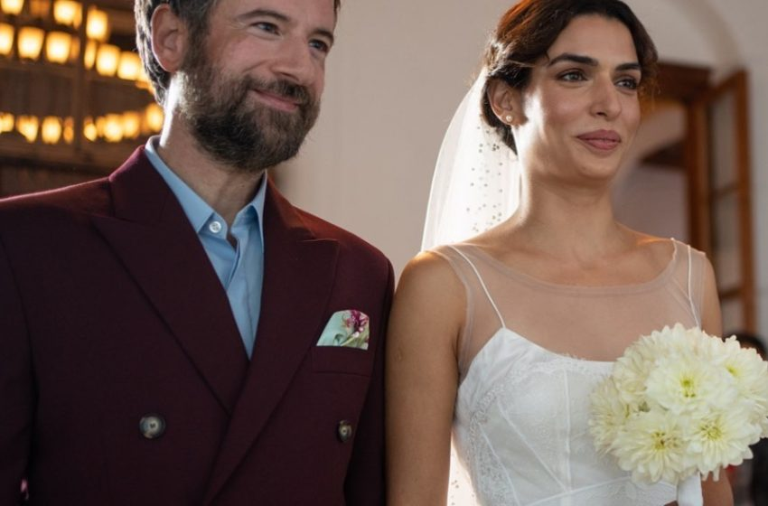 Λαμπερή νύφη η Τόνια Σωτηροπούλου στο πλευρό του Κωστή Μαραβέγια