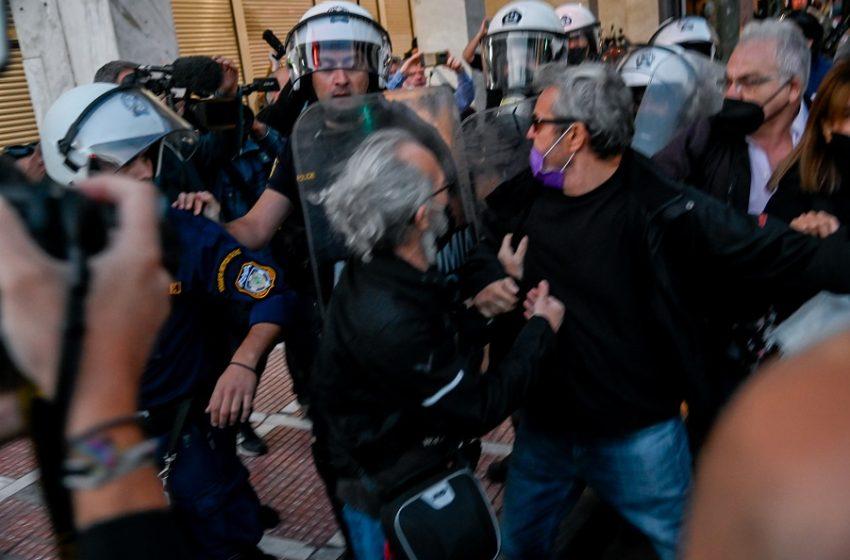 Ένταση στο Σύνταγμα – Χημικά και ξύλο στο πανεκπαιδευτικό συλλαλητήριο