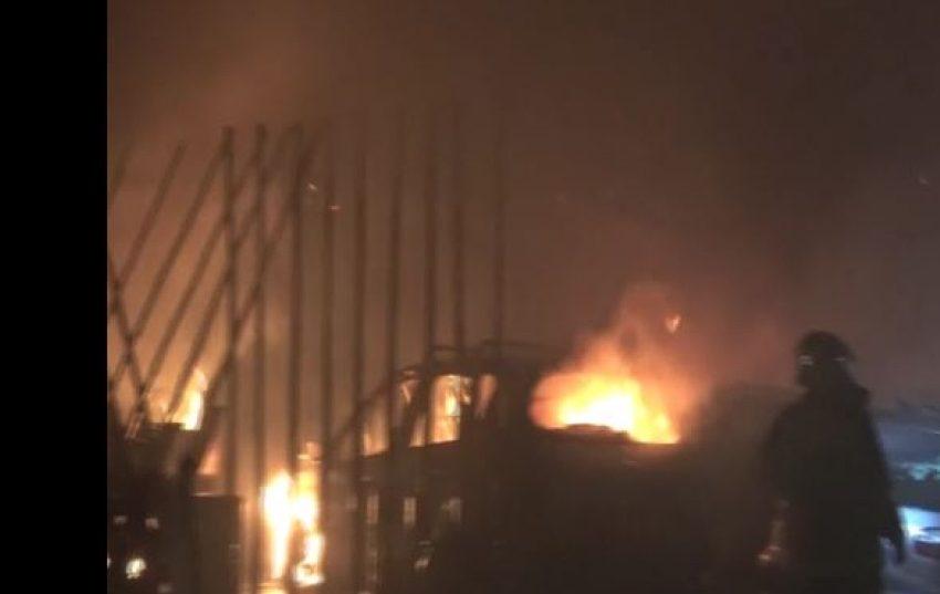 Πανικός στον Ορνό της Μυκόνου από φωτιά σε εστιατόριο – Εκρήξεις από φιάλες υγραερίου