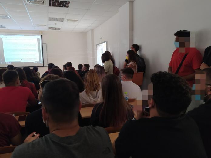 Γιάννενα: Φοιτητές καταγγέλλουν συνωστισμό στις αίθουσες – Παρακολουθούν μαθήματα στο πάτωμα ή όρθιοι