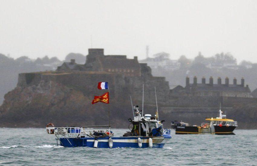 Με το Βασιλικό Ναυτικό απειλεί τους Γάλλους ψαράδες ο Γουάλας
