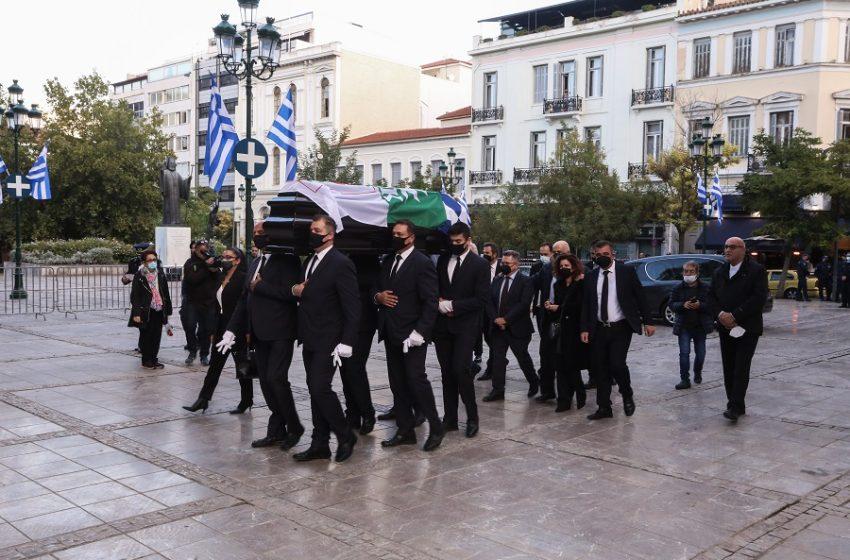 Φώφη Γεννηματά: Στη Μητρόπολη η σορός της για το λαϊκό προσκύνημα – Με τρεις σημαίες σκεπασμένο το φέρετρο