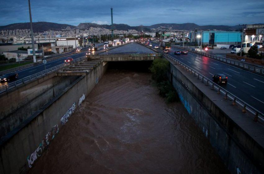 Όλα τα νεότερα για την κακοκαιρία – Οι επόμενες ώρες και πού εκδηλώνονται ισχυρά φαινόμενα – Βροχές και το Σάββατο