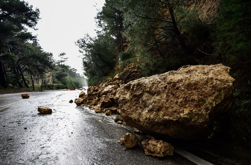 """Κακοκαιρία """"Αθηνά"""": Σάρωσε Κέρκυρα, Ζάκυνθο, Ήπειρο – Πτώσεις δέντρων σε Θεσσαλονίκη, αγωνία για την Εύβοια, καταιγίδες στην Αττική"""