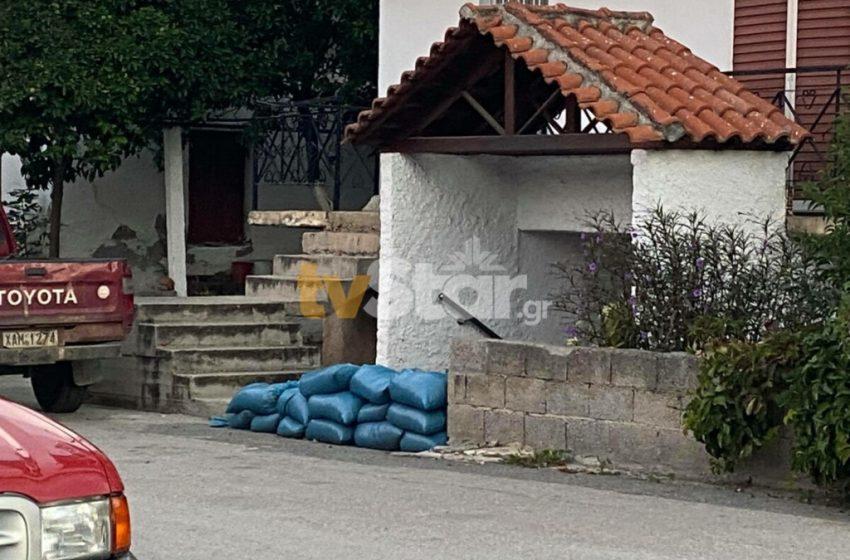 Εύβοια: Οχυρώνουν τα σπίτια τους με λαμαρίνες και σακιά με άμμο