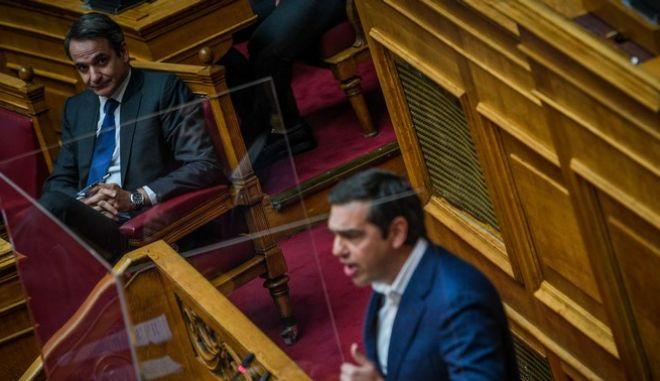 ΝΔ-ΣΥΡΙΖΑ συγκρούονται για τον…Κουρτς και τις δημοσκοπήσεις