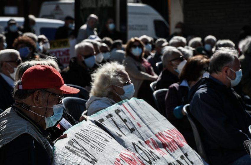 """Συλλαλητήριο και πορεία συνταξιούχων στο Μαξίμου – """"Eμπαιγμός"""" τα αναδρομικά"""